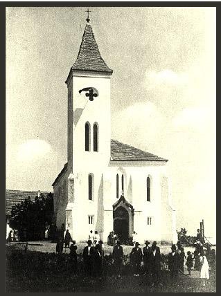 Búcsú a templom előtt